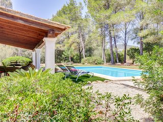 Villa Bota, private pool, close to town, sleeps 4