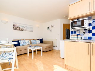 Driftwood Downderry - Modern apartment for four, close to the beach with parking