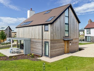 MAPLE HOUSE BV8, onsite Spa and pool, nature reserves and lakes, contemporary