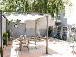 NEW LISTING! Dog-friendly studio w/ a full kitchen & patio - close to downtown