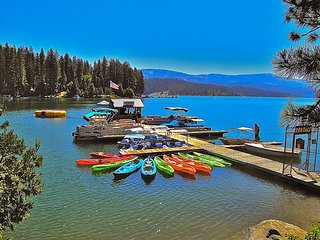 Lovely cabin nestled in the heart of Shaver Lake, walk to shops and eateries!