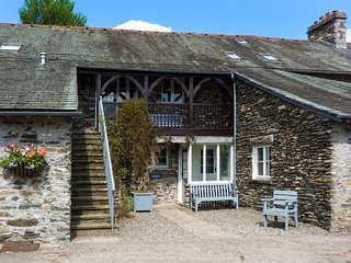 HOLME WELL, pet-friendly, woodburner, shared swimming pool, Graythwaite