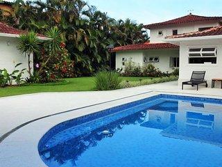 Linda casa com seis suítes, em localização privilegiada em Angra dos Reis AR026