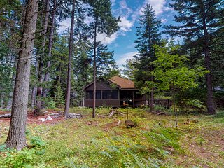 Spacious cabin in a secluded spot within pine woods! Close to restaurants!