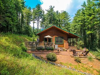 Peaceful Paradise - Log Cabin W/Fire Pit, Gas Fireplace & WiFi!
