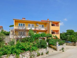 2 bedroom Apartment with Air Con, WiFi and Walk to Beach & Shops - 5053164