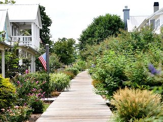 Charming Cottage right on the Boardwalk!