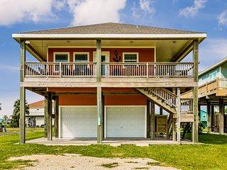 Beachview dog-friendly home - upstairs deck & full kitchen