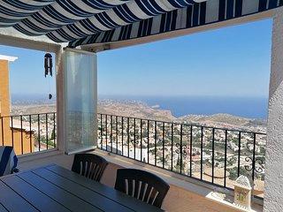 UNIQUE comme vue !!! Vue panoramique. Situé à plus de 300m d'altitude face à la mer.