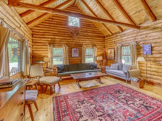 Dog-friendly cabin w/ fireplace - close to skiing/shopping/dining