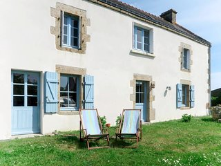 Erdeven Holiday Home Sleeps 8 with Free WiFi