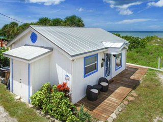 Binnie's Beachfront Bungalow-Cottage On Beach! Pet Friendly. Free Wi-Fi & Cable,