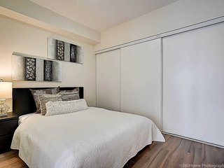 CN TOWER VIEW+PARKING+POOL+2 QUEEN BEDS+SOFABED