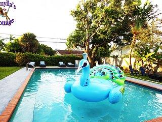Kamylla's Kottage huge pool, walk to beach, shops and restaurants