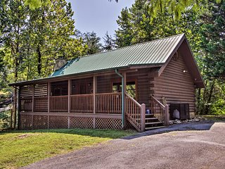 Cabin w/Deck & Hot Tub, 3 Mi to Pigeon Forge!