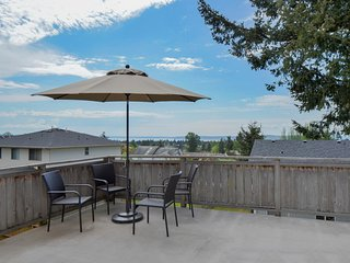 Cozy Seattle Home Lovely Deck w/ View!