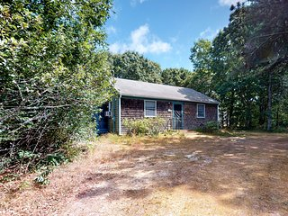 Private bayside cottage w/ beach decor - short drive to the water!