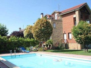 Preciosa casa independiente con piscina cubierta y gran jardin
