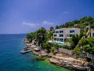 Sumartin Villa Sleeps 12 with Pool and Air Con - 5713846