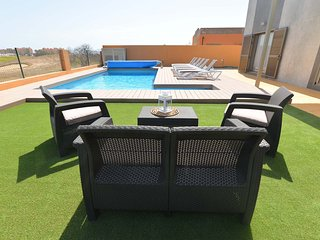 Villa Deluxe Island Golf and beach- free wifi, heated private pool