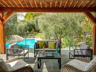 Saint-Marc-Jaumegarde Villa Sleeps 8 with Pool Air Con and WiFi - 5604779