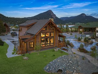 Estes Retreat - Indoor/outdoor fireplace, Jacuzzi, quick walk to Lake Estes, clo