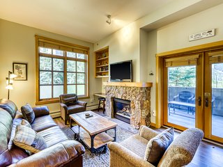 Updated condo near the lifts w/ a full kitchen, ski view, & shared hot tubs