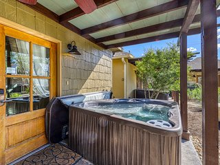 Romantic cottage with a private hot tub, on Main Street!