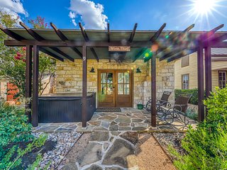 Wine country cabin w/a private hot tub, wet bar, & more!