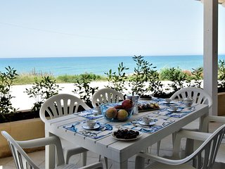 Covo dei Marinai 3, holiday home sea front, 20 meters from the beach
