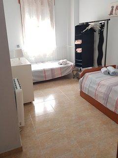 Habitacion con cama individual y cama nido. Un total  de 3 camas.