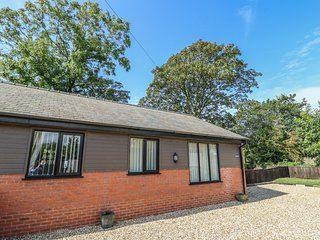 SYCAMORE COTTAGE, all ground floor, hot tub, WiFi, near Poulton-le-Fylde, Ref
