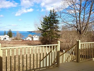 Charming bungalow with stunning views of Penobscot Bay and walk to downtown.