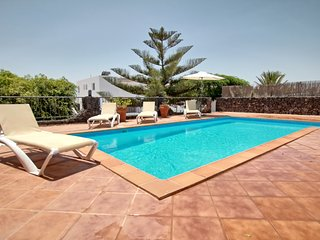 Luxury 3 bed 3 bath villa with h/pool, hot tub, WiFi, full A/C.,Sky Sports