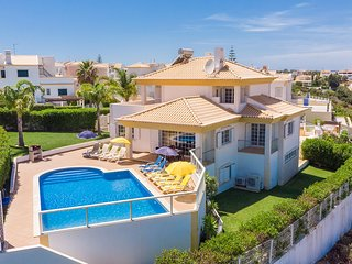 BELAVISTA Modern Villa, Pool,games room, AC,WiFi, 1km to beach