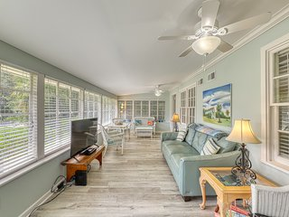 Beachy, dog-friendly home, blocks to the beach, restaurants & fishing pier!