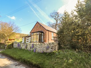 CASTELL CAPEL, woodburner, rural views, enclosed garden, near Bodfari