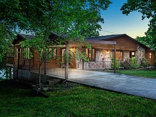 Luxury Lakefront Home~Gorgeous View~ Close to Branson FUN - Steps to the lake!
