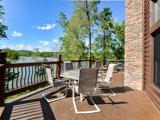 Luxury Lakefront Chalet Resort~2 Pools~FREE Amenities~Dock~Kayaks~Waterslide