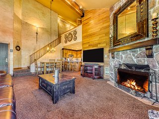 Charming mountain retreat w/ski and mountain views - walk to lifts!