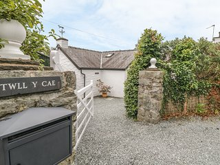 TWLL Y CAE detached, all ground floor, open fire, lovely gardens in Pentrefelin