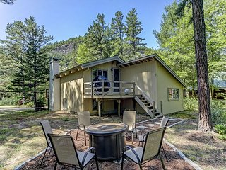 4 BR Renovated Chalet Near Storyland, Shopping & Restaurants! Pets Welcome!