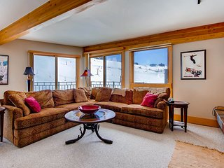 Top Floor With Breathtaking Views, Ski-in/Ski-out 2 Br Condo