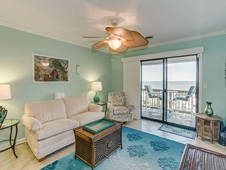Spacious condo, across the street from the beach + FREE DAILY ACTIVITIES!