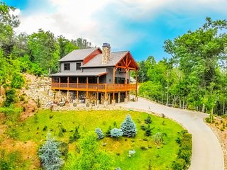 UPSCALE Luxury Private Cabin Hot Tub Basketball Pool Table AMAZING MOUNTAIN VIEW