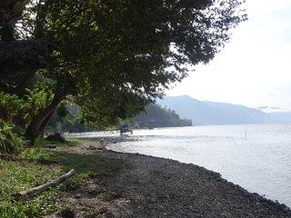 rumah di pinggir danau yang menawarkan ke keindahan danau lut tawar yang asri