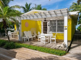 Tropical paradise, garden-view 1B/1B Unit, just minutes from the Beach!