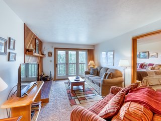 Classy, dog-friendly home with mountain views & shared pool and hot tub