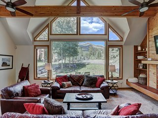 Ski Out Home! Epic Views! Private HotTub, Pets! Free Winter Town&Lift Shuttle