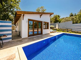 2 bedroom Villa with Pool, Air Con and WiFi - 5812140